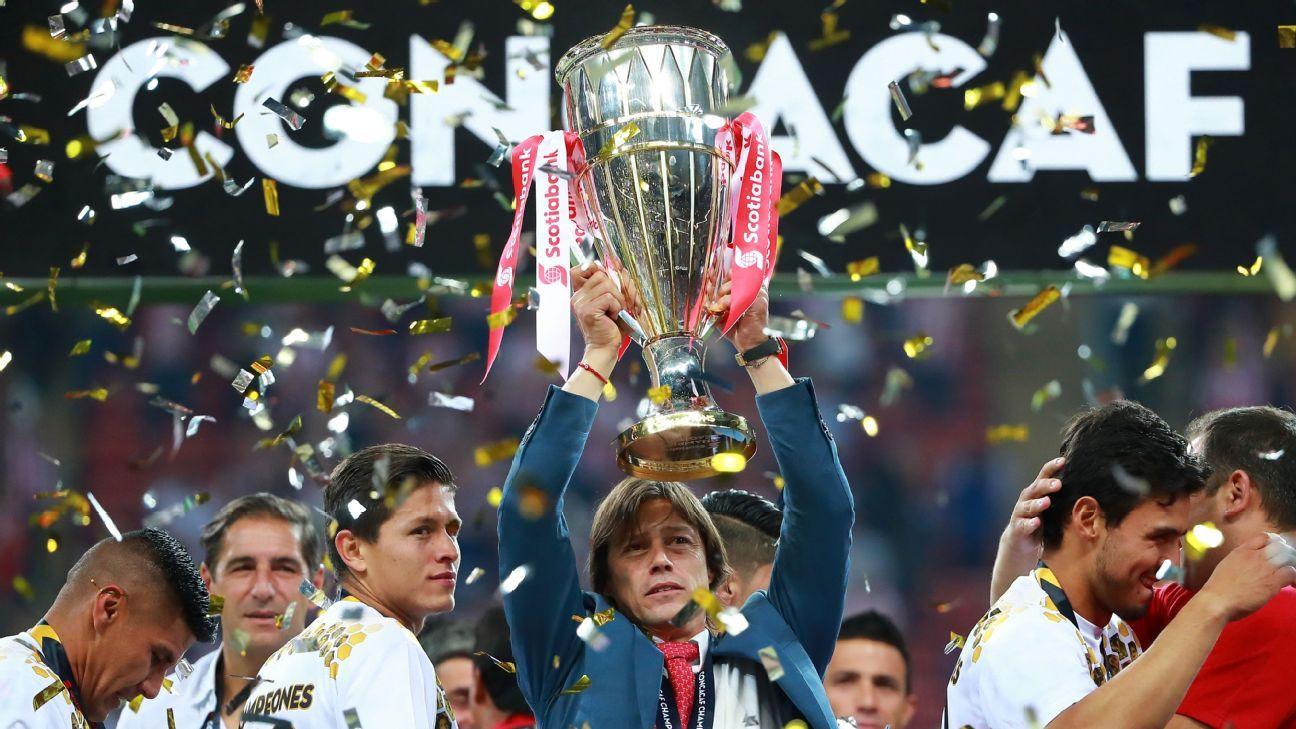 Guadalajara coach Matias Almeyda, center