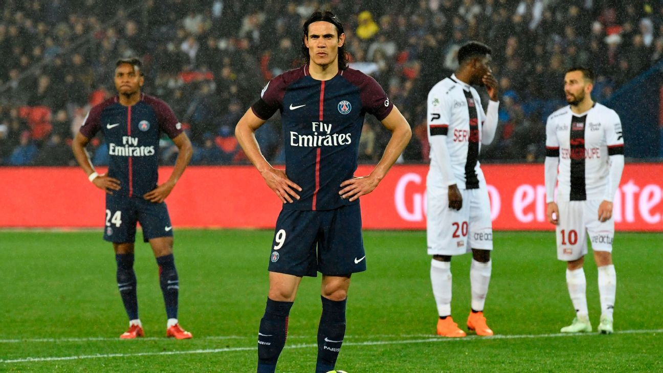 Edinson Cavani looks on during PSG's 2-2 draw against Guingamp.