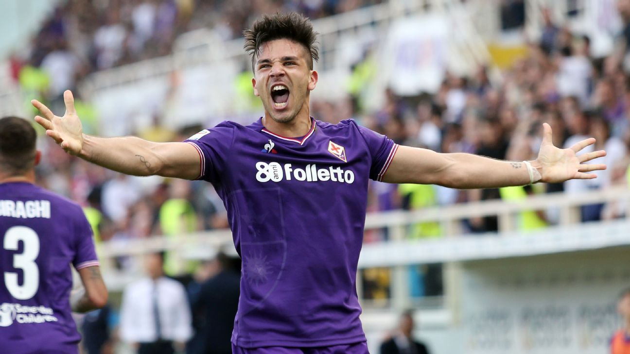 Giovanni Simeone celebrates scoring in Fiorentina's win over Napoli.