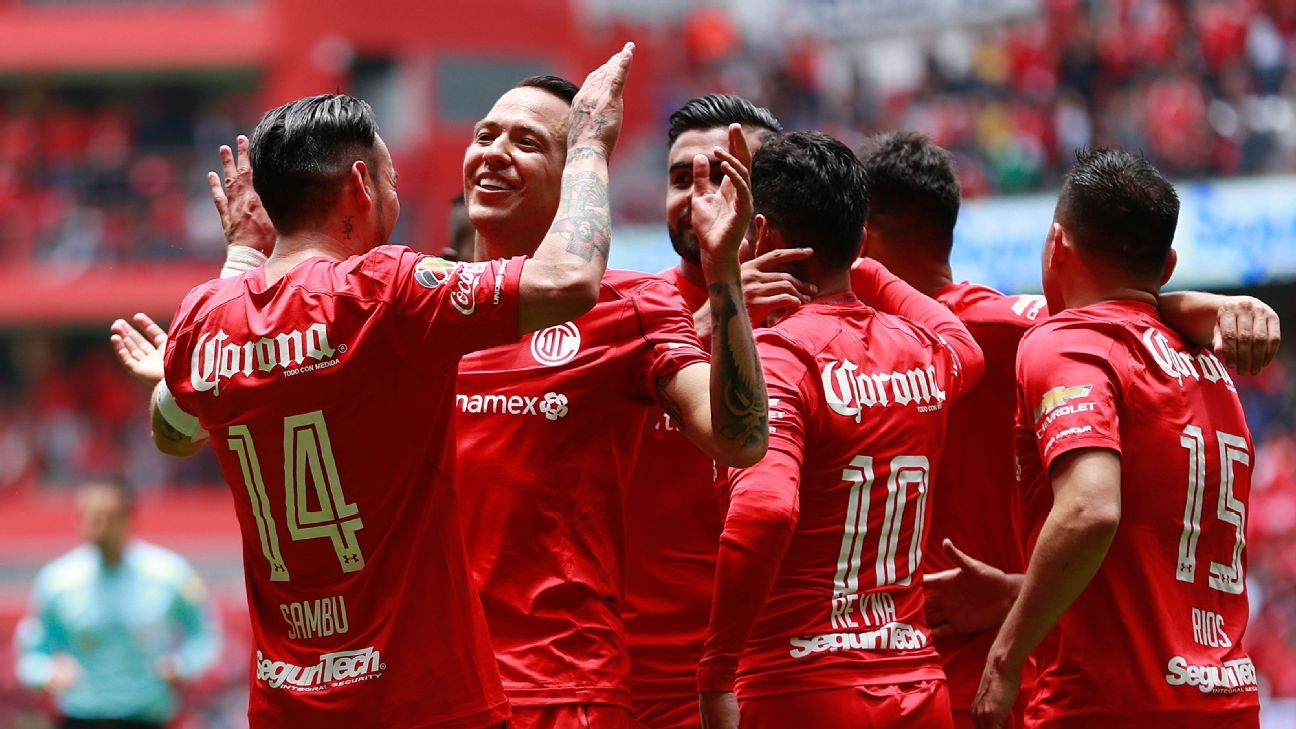 Rubens Sambuez celebrates during the Liguilla match between Toluca and Morelia.