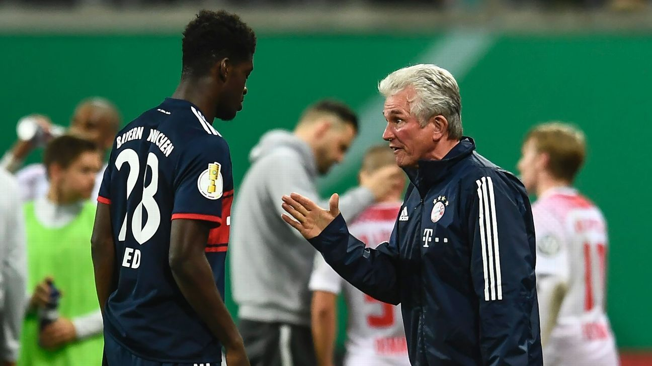Jupp Heynckes, right, speaks with striker Kwasi Wriedt during Bayern Munich's DFB Pokal match against RB Leipzig.