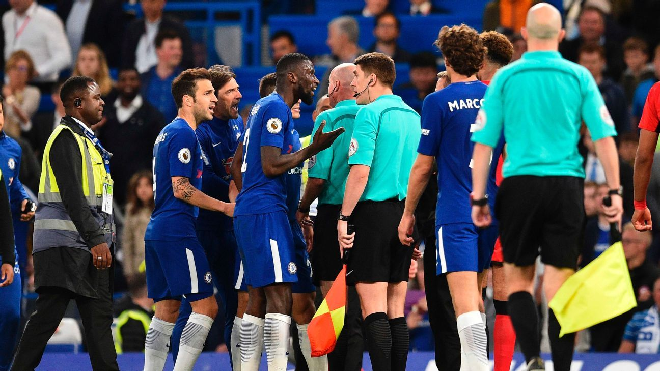 Chelsea players argue with referee Lee Mason during the game against Huddersfield Town