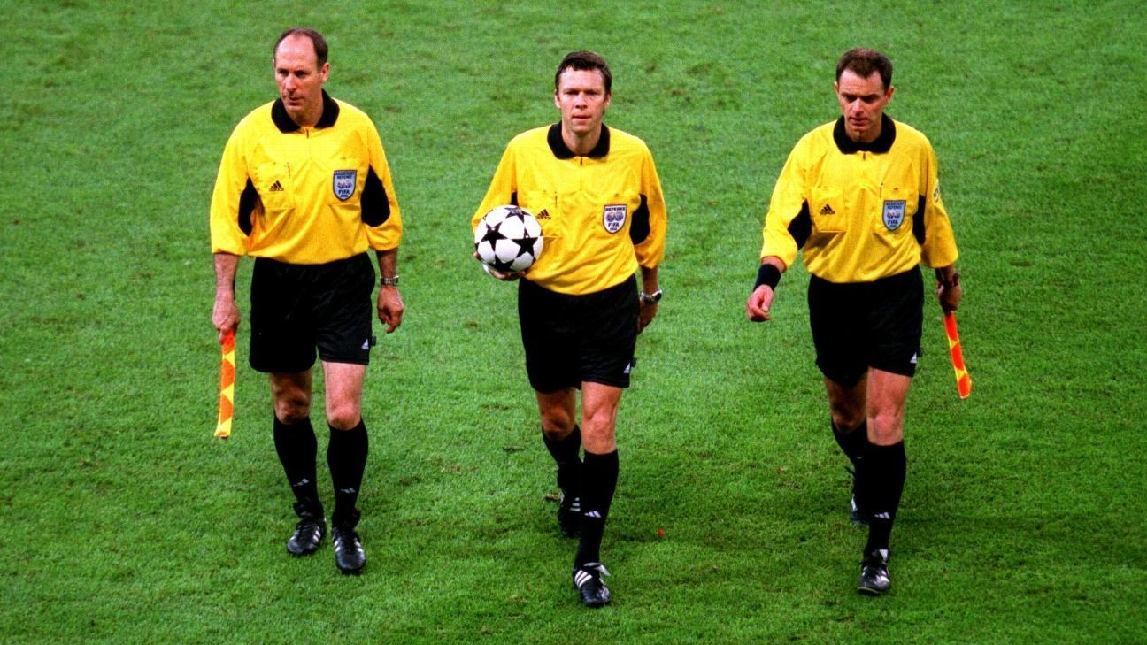 Urs Meier flanked by his two assistants in 2002.