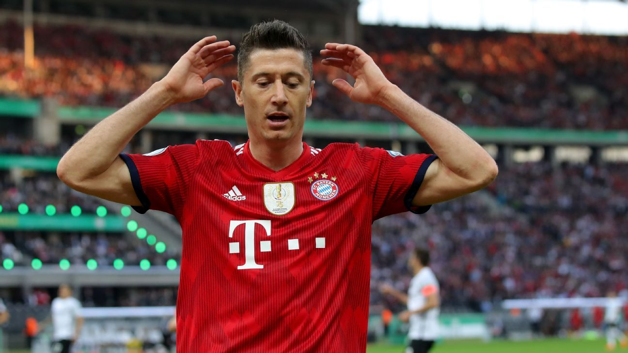 Bayern Munich's Robert Lewandowski cut a frustrated figure in the first half vs. Frankfurt.