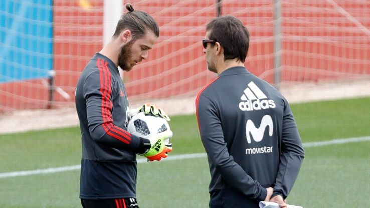 David De Gea and Julen Lopetegui look on during Spain's training session.