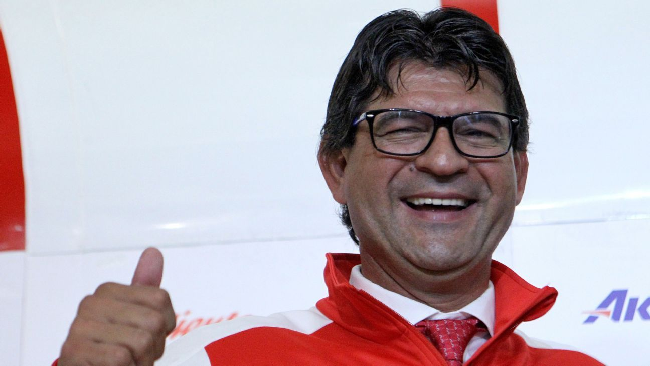 Jose Saturnino Cardozo is introduced as Chivas manager.