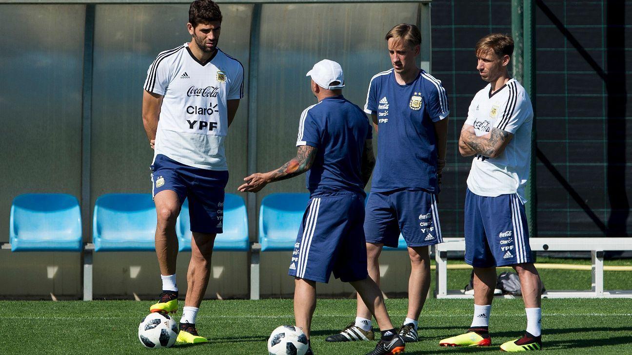 Jorge Sampaoli speaks with Matias Manna (3rd-left) and staff.