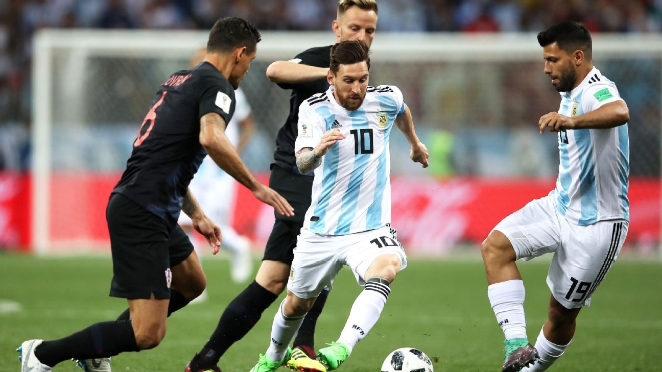 NIZHNY NOVGOROD, RUSSIA - JUNE 21:  Lionel Messi and Sergio Aguero of Argentina challenge for the ball with Ivan Rakitic of Croatia during the 2018 FIFA World Cup Russia group D match between Argentina and Croatia at Nizhny Novgorod Stadium on June 21, 20