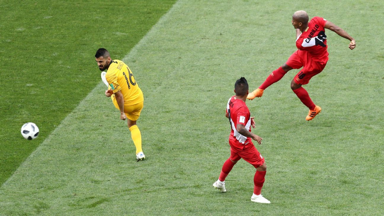 Andre Carrillo of Peru scores