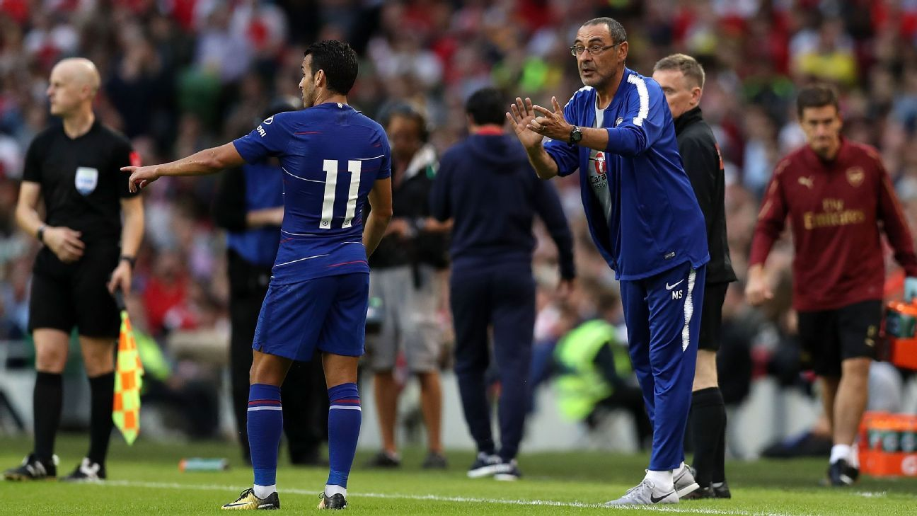 Maurizio Sarri gives instructions to Pedro.