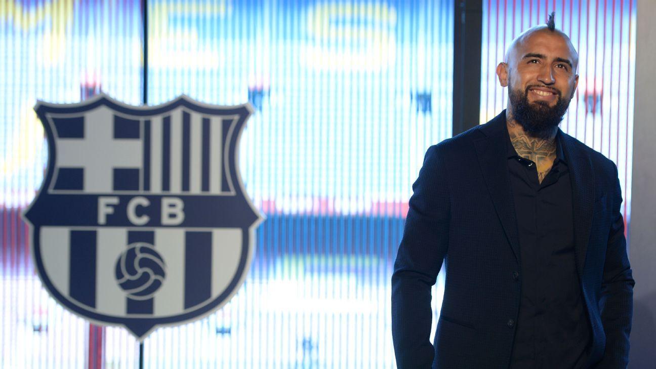 Arturo Vidal smiles during his Barcelona presentation.