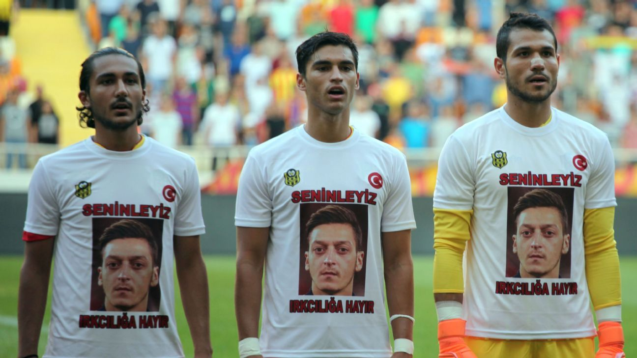 Malatyaspor players wear T-shirts supporting Mesut Ozil.