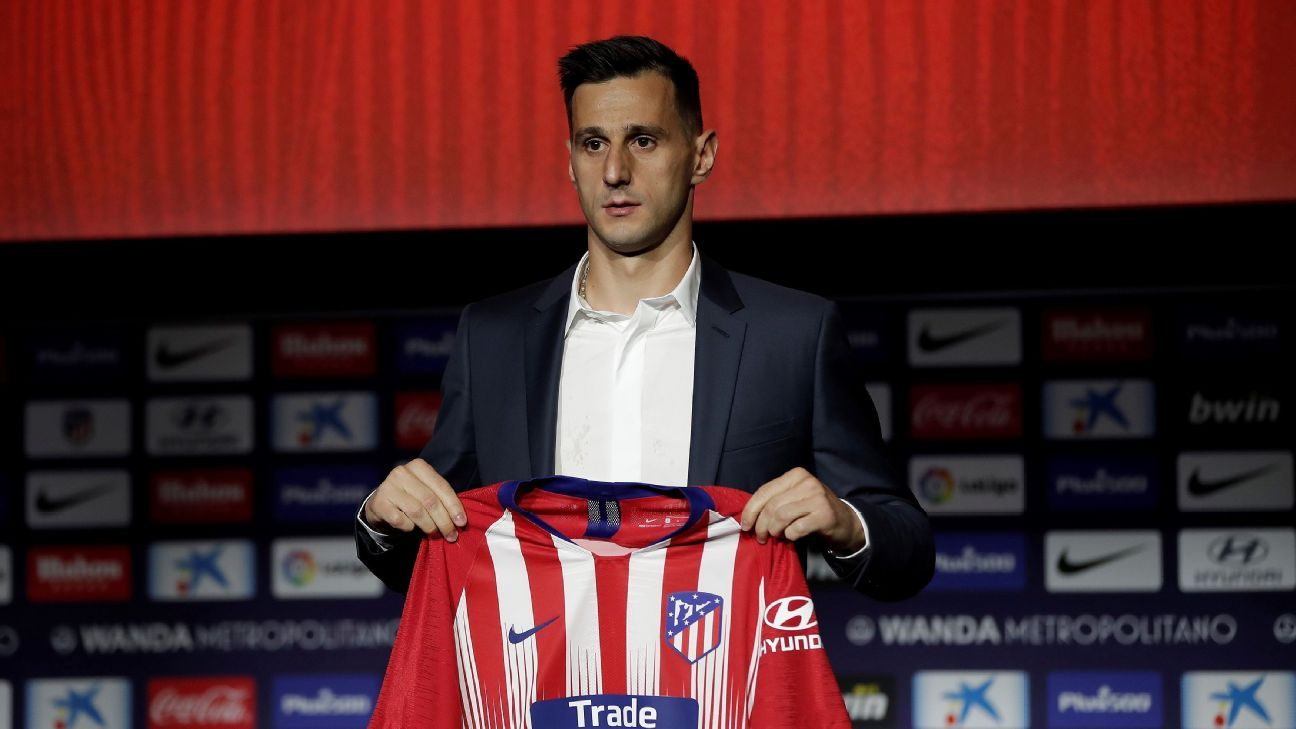 Nikola Kalinic being unveiled as an Atletico Madrid player.