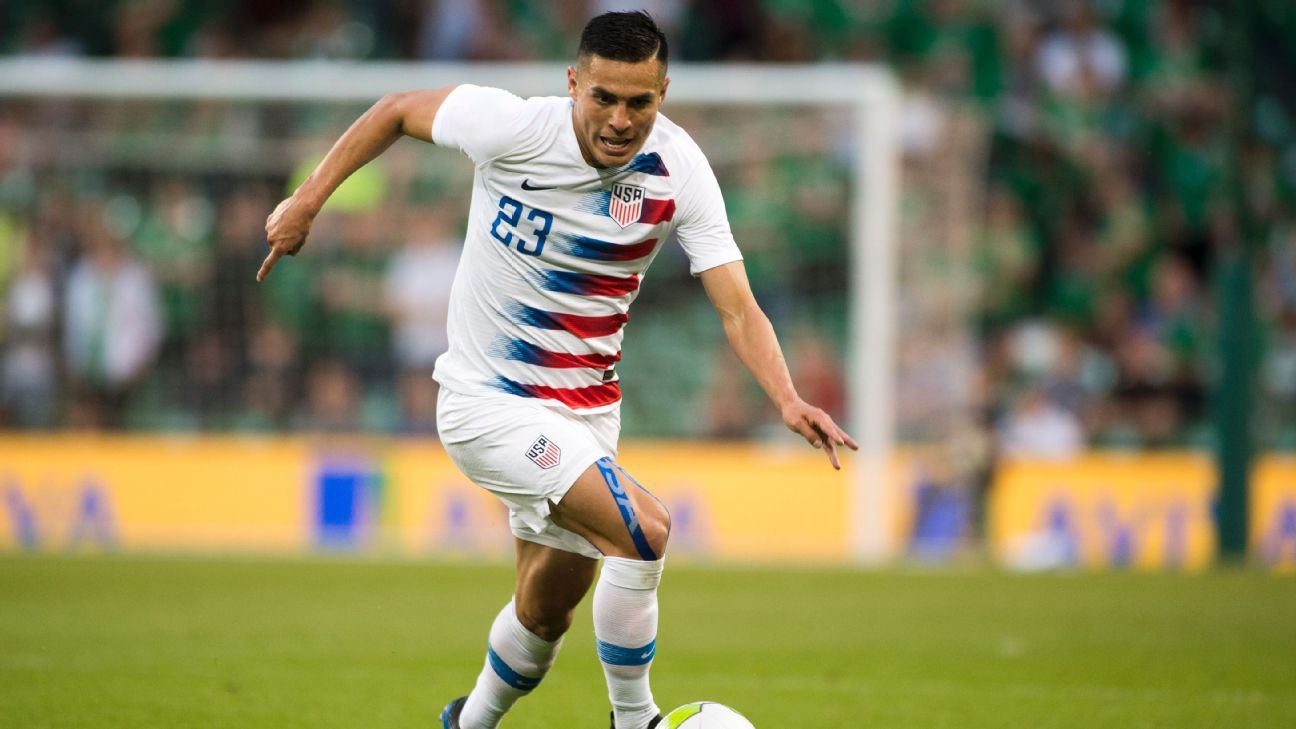 Rubio Rubin dribbles during the U.S.'s friendly vs. Ireland.