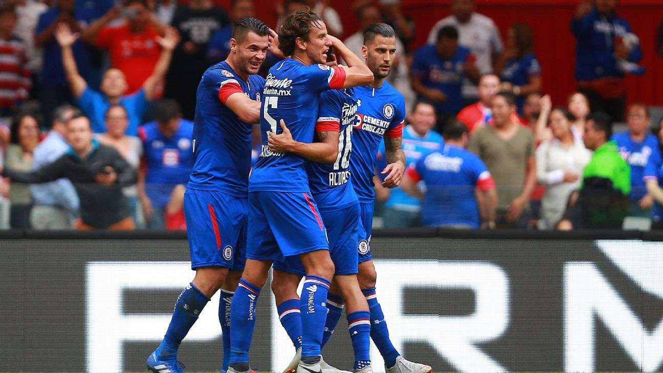 Milton Caraglio celebrates with teammates after scoring during Cruz Azul's Liga MX win over Leon.
