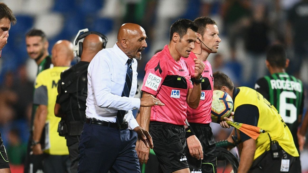 Inter Milan coach Luciano Spalletti speaks with referee Maurizio Mariani after the Serie A match against Sassuolo.