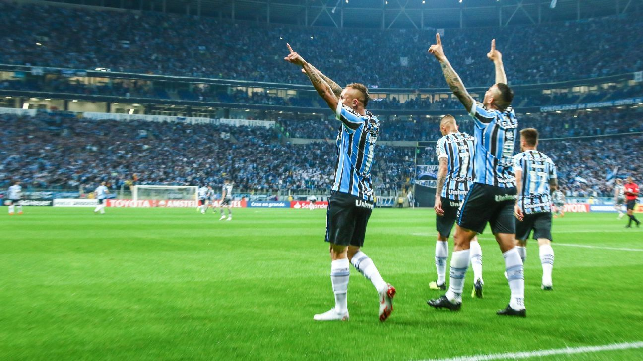 Everton of Gremio celebrates with teammates as his team made it through.