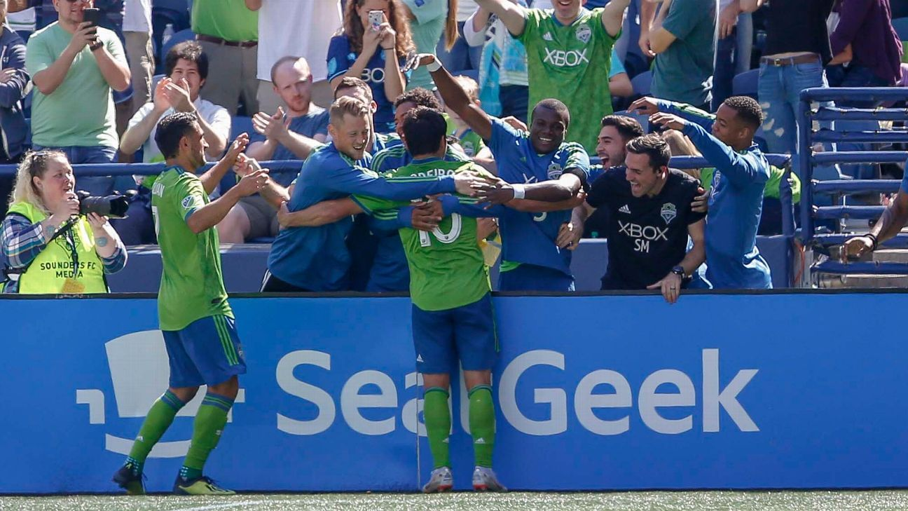 Ten-man Seattle Sounders beat Sporting KC for eighth straight win