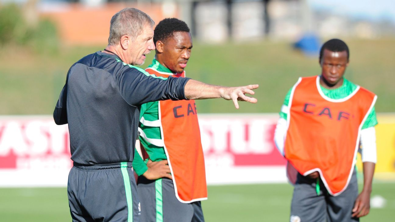 Bafana Bafana head coach Stuart Baxter explaining a drill to Sibusiso Vilakazi