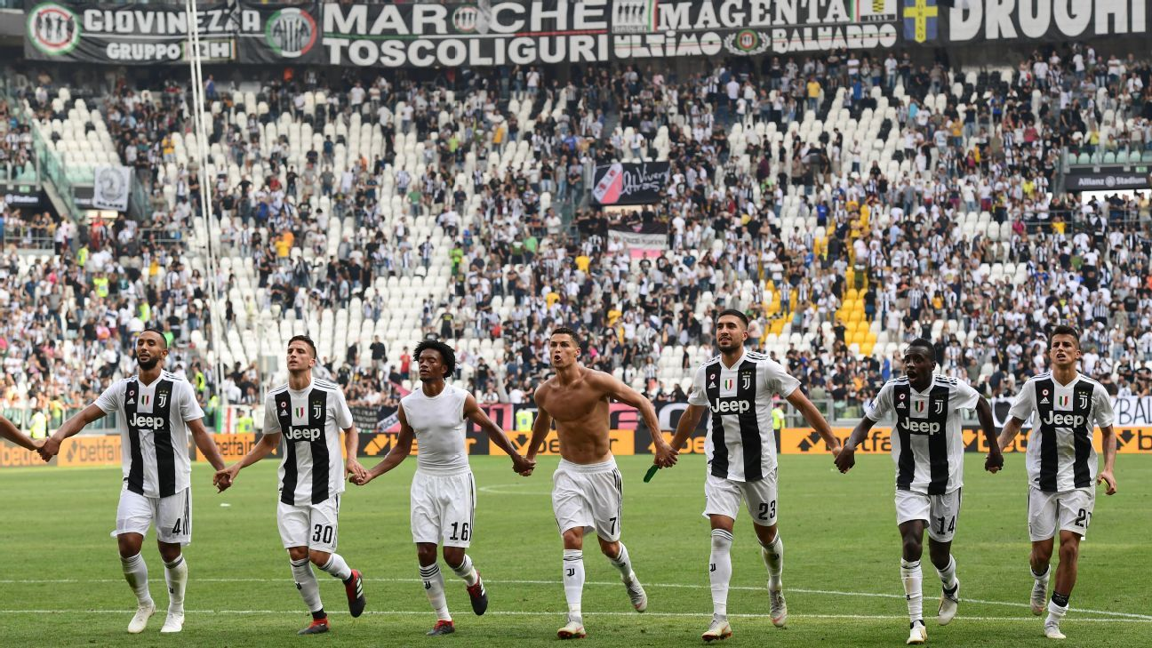 Cristiano Ronaldo celebrates with his Juventus teammates following the win against Sassuolo.
