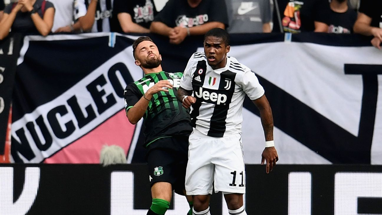 Douglas Costa throws an elbow at Federico Di Francesco in Juventus' match against Sassuolo.
