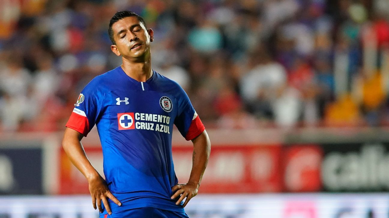 Elias Hernandez reacts during Cruz Azul's Liga MX defeat to Necaxa.
