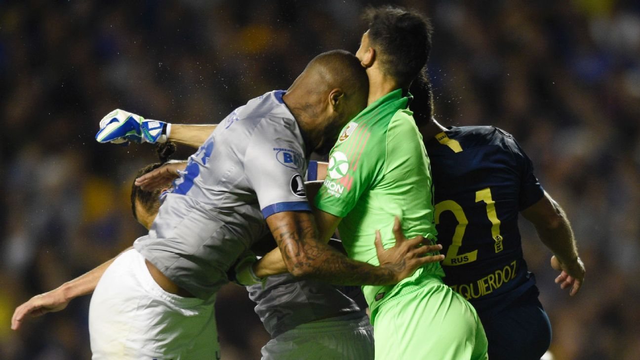 Dede's collision with Boca Juniors goalkeeper Esteban Andrada earned him a controversial red card in Cruzeiro's 2-0 loss on Wednesday night.