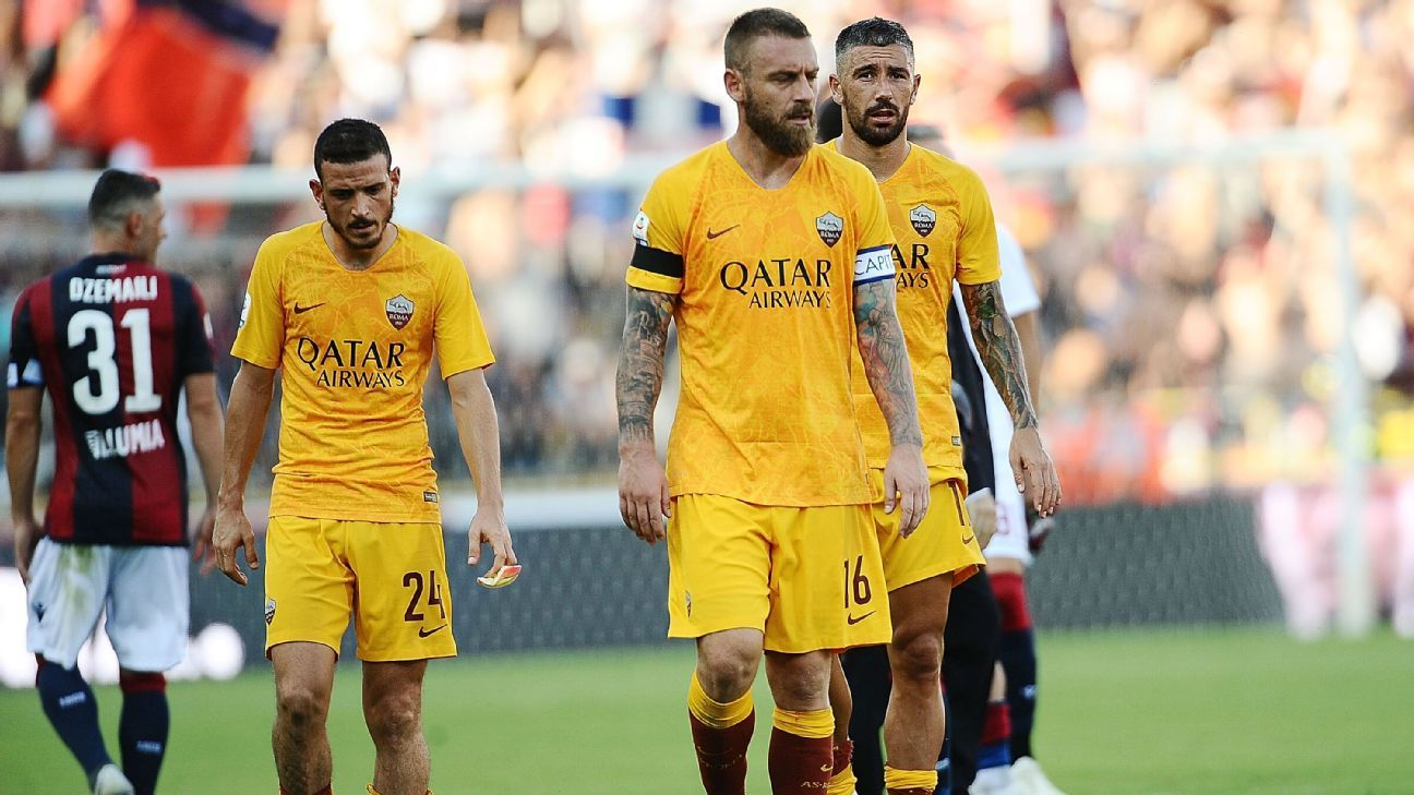 Daniele De Rossi and his Roma teammates react after their Serie A defeat to Bologna.