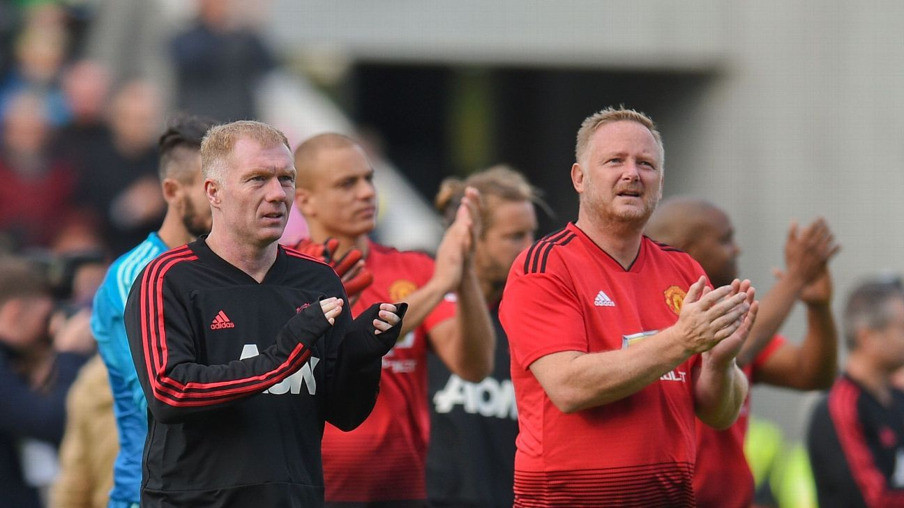 Paul Scholes and David May lead the applause for the capacity 45,000 in Cork.
