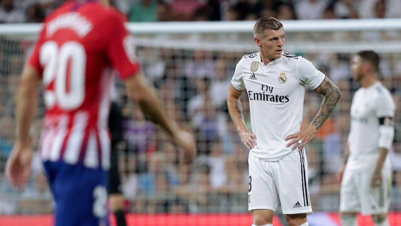 Toni Kroos looks to the sidelines during Real Madrid's goalless draw with Atleti.