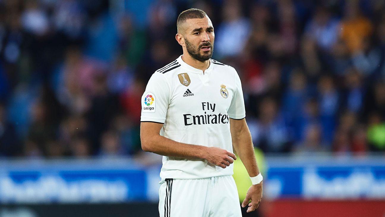 Karim Benzema reacts during Real Madrid's La Liga loss at Alaves.