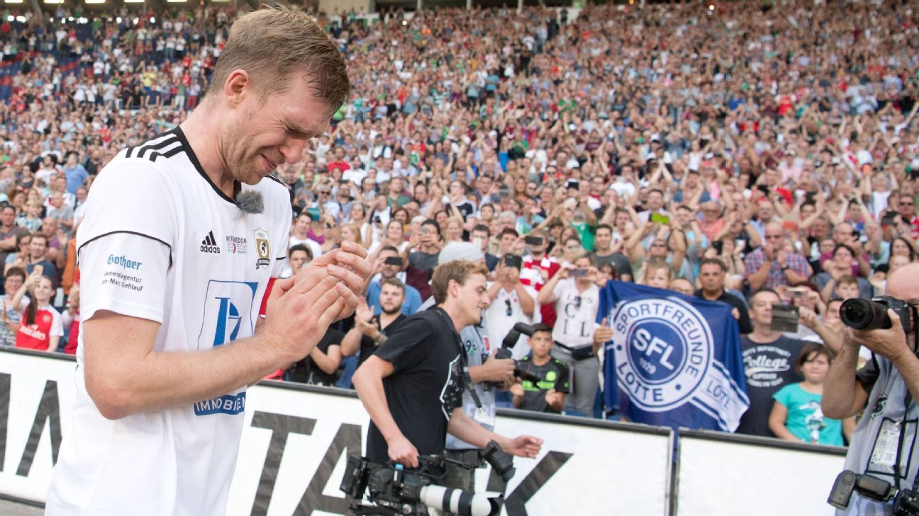 Per Mertesacker says goodbye to his fans after his farewell game in the HDI-Arena in Hannover.