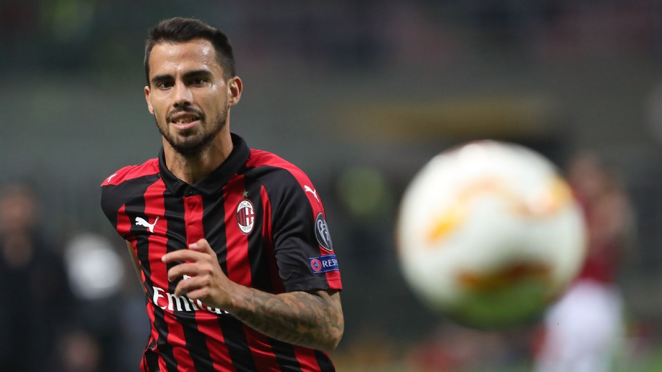 Suso controls the ball in AC Milan's Europa League match against Olympiakos.