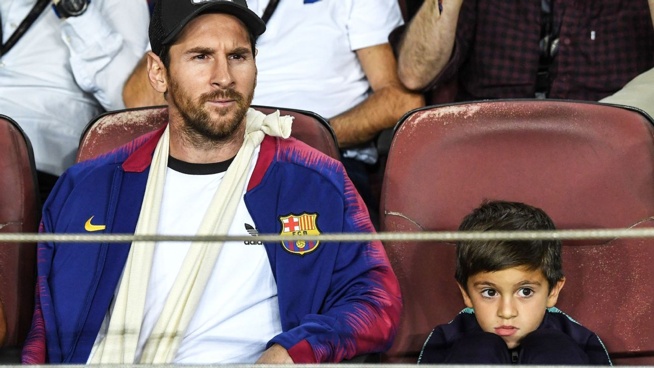 BARCELONA, SPAIN - OCTOBER 24:  Lionel Messi of Barcelona and his son Thiago Messi Roccuzzo looks on during the Group B match of the UEFA Champions League between FC Barcelona and FC Internazionale at Camp Nou on October 24, 2018 in Barcelona, Spain.