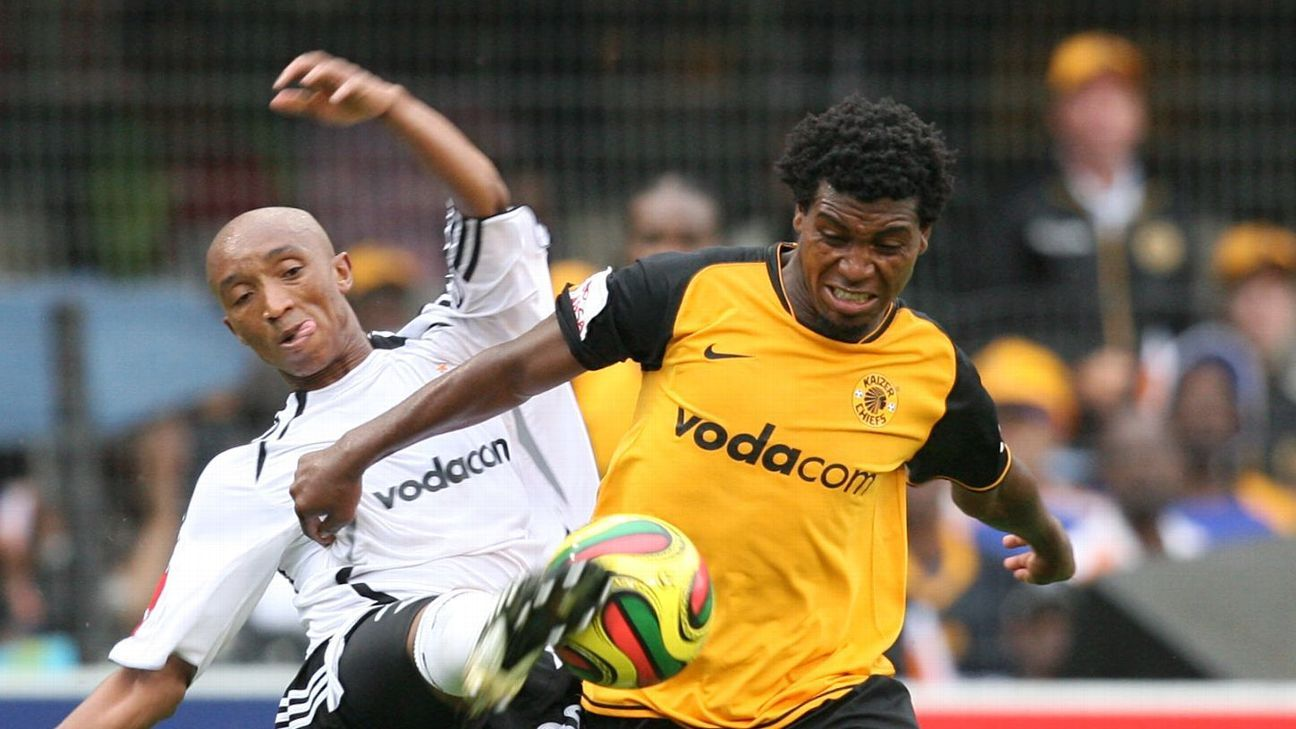Mabhuti Khenyeza fends off Bongani Cashibe during the 2007 Derby in Durban
