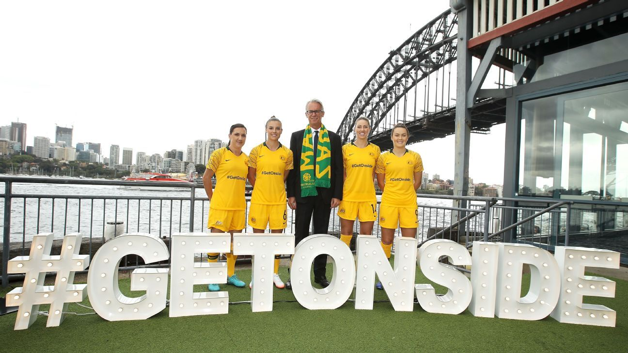 Lisa De Vanna, Chloe Logarzo, David Gallop, Alanna Kennedy and Caitlin Foord