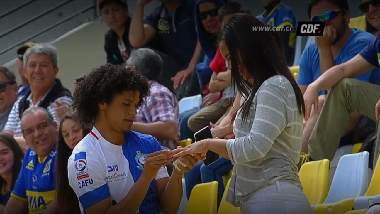 Antofagasta midfielder Eduard Bello proposed to his girlfriend after scoring his side's opening goal