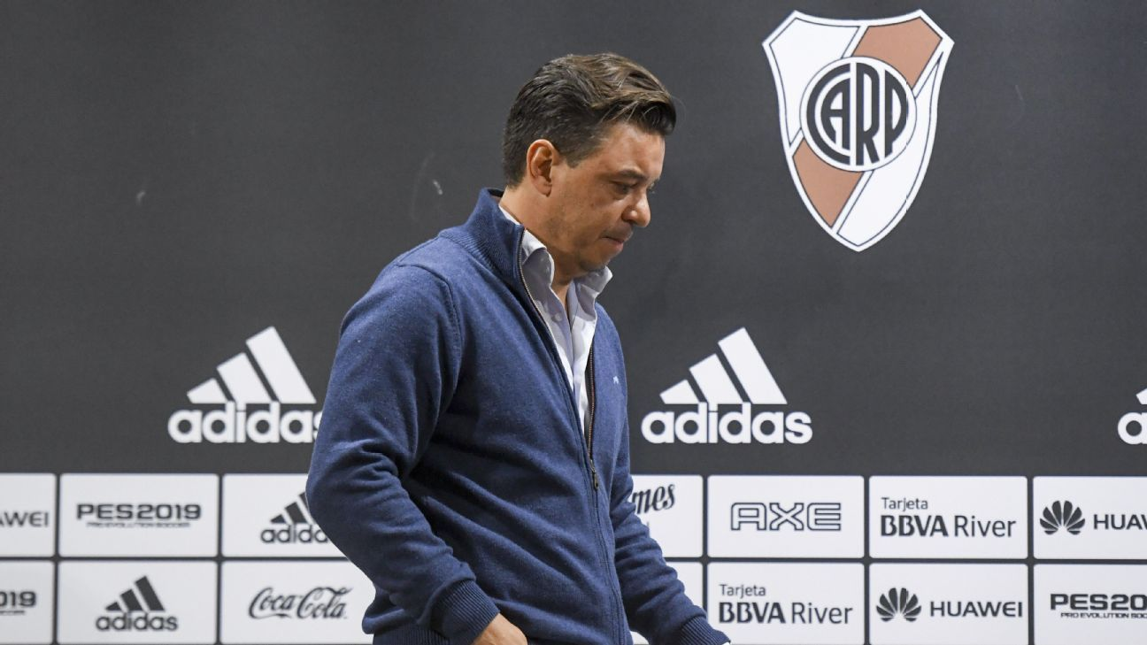 River Plate manager Marcelo Gallardo violated his punishment of communicating with his players in their Copa Libertadores semfinal match against Gremio.