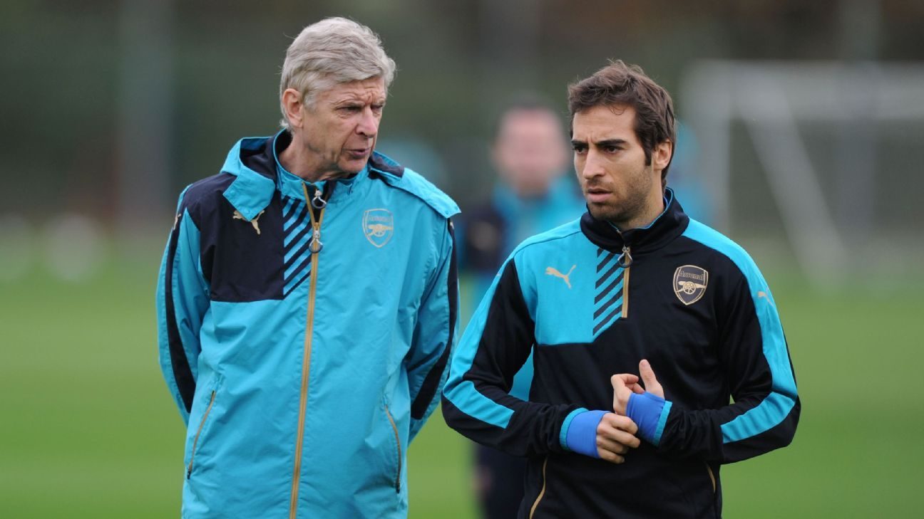 Arsene Wenger with Mathieu Flamini during an Arsenal training session in 2015