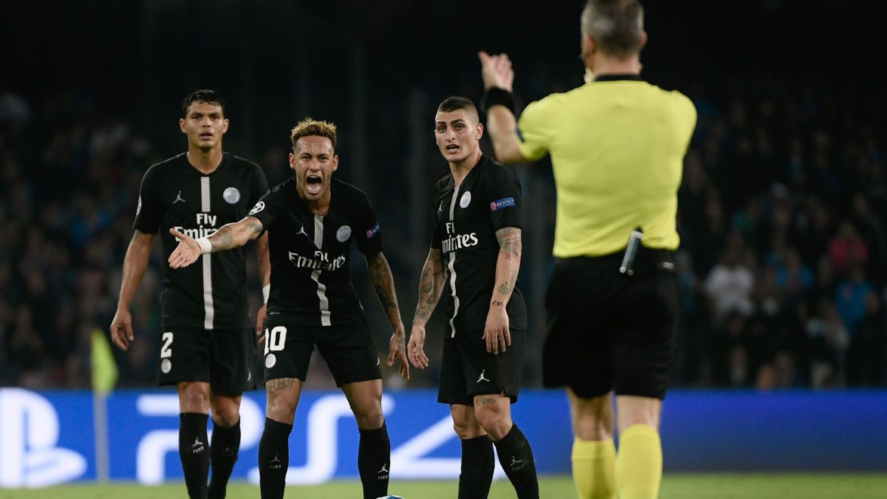 Neymar argues with referee Bjorn Kuipers during Paris Saint-Germain's 1-1 draw with Napoli on Tuesday.