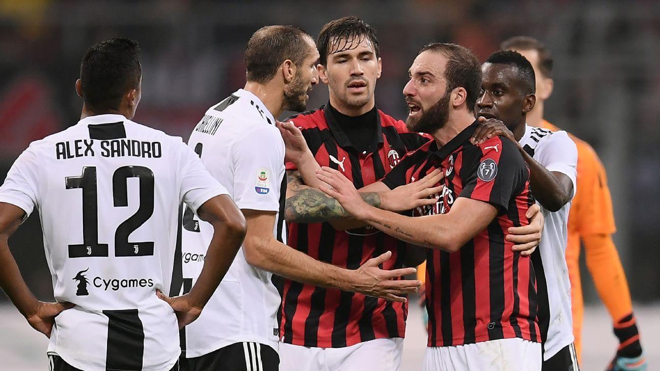 Gonzalo Higuain (R) argues with Juventus defender Giorgio Chiellini