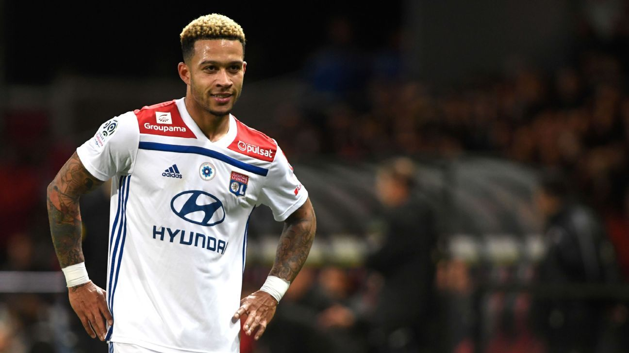 Memphis Depay looks on during Lyon's Ligue 1 win over Guingamp.