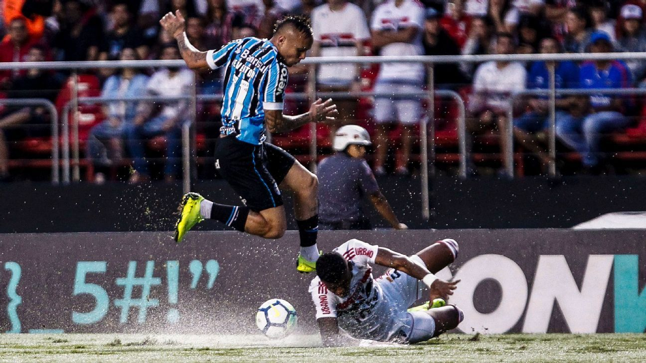 Everton Soares of Gremio has been linked with a move to Manchester United.