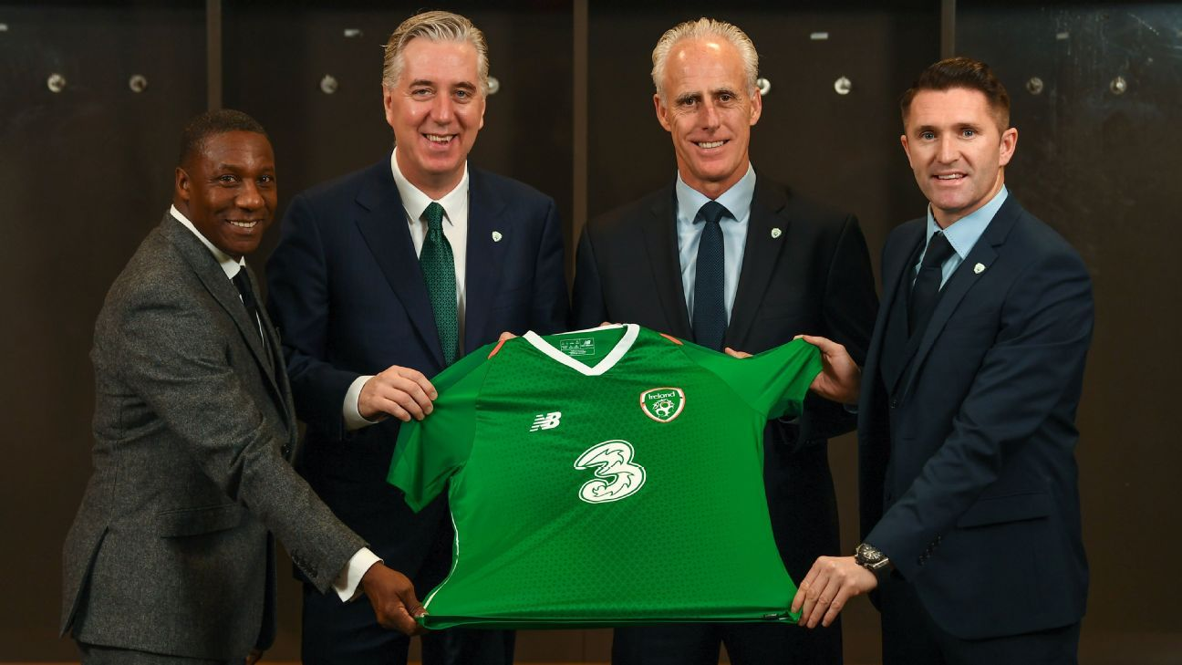 Mick McCarthy, second from right, with, from left, assistant coach Terry Connor, FAI chief John Delaney and Robbie Keane
