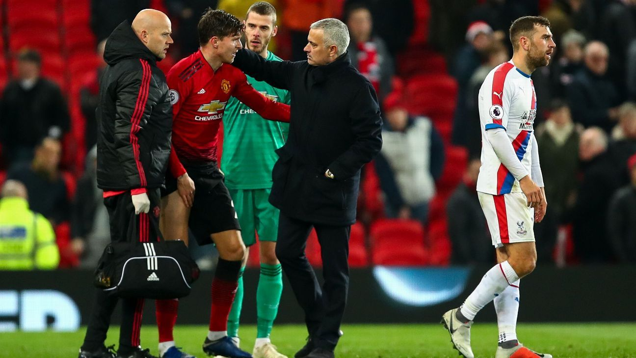 Victor Lindelof speaks to Manchester United boss Jose Mourinho after picking up an injury in the Premier League draw with Crystal Palace.