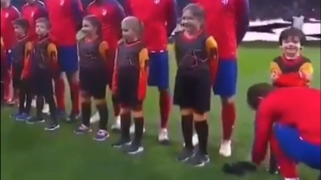 Antoine Griezmann made his mascot's day by tying his shoelaces for him as the Champions League anthem played