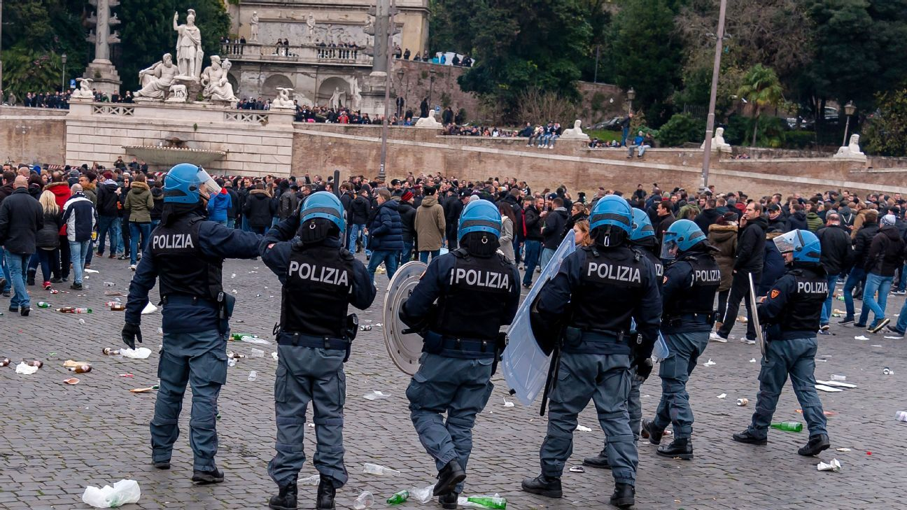 Italian police remove Frankfurt supporters from Piazza del Popolo square in Rome.