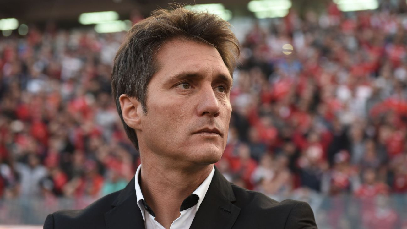 Guillermo Barros Schelotto looks on during Boca Juniors' Superliga match against Independiente.