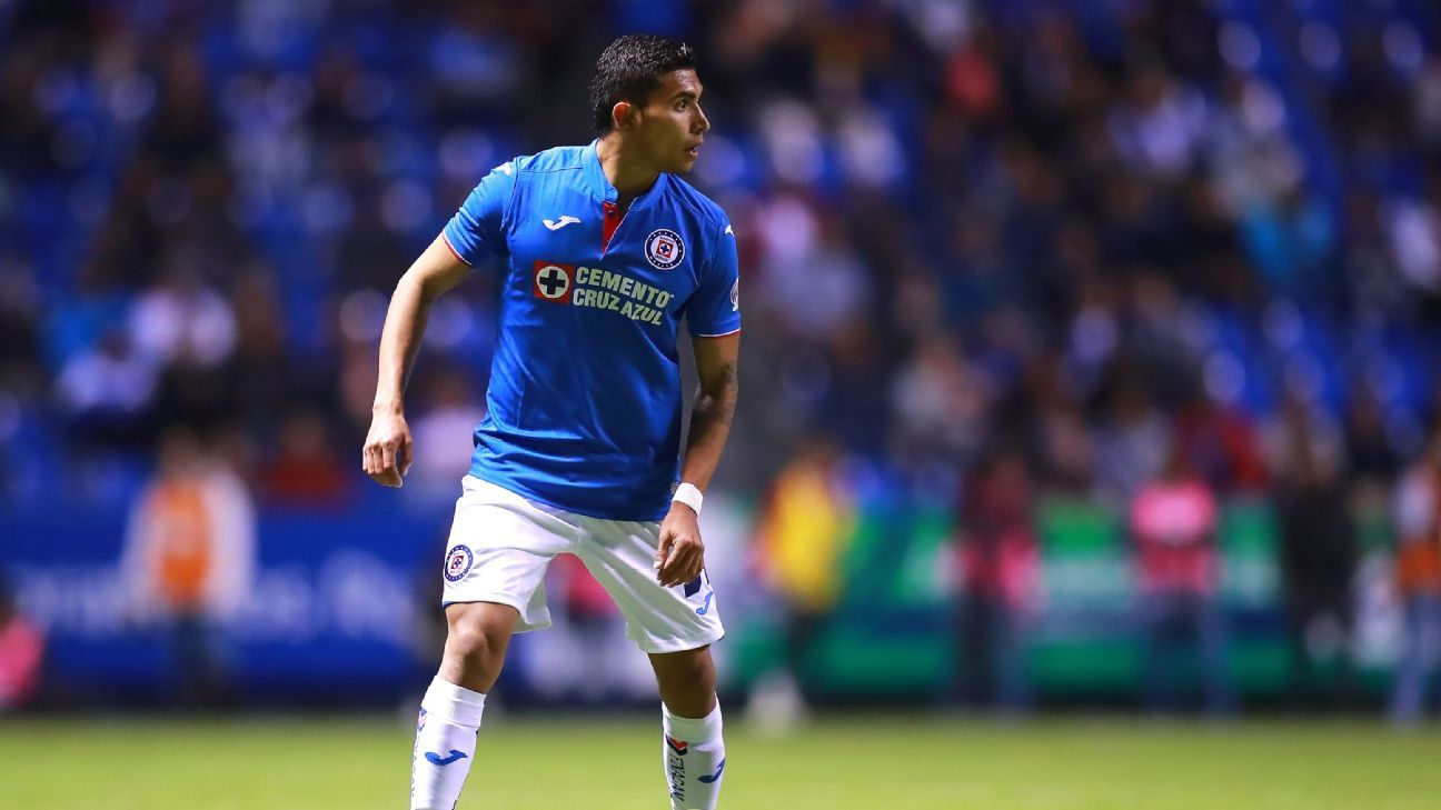 Orbelin Pineda dribbles the ball during Cruz Azul's Liga MX match against Puebla.