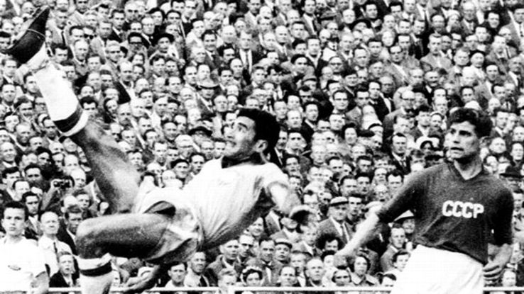 Nilton Santos shows his abilities against Soviet Union at Sweden '58